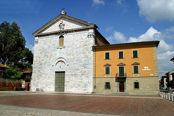 La facciata della Chiesa di San Francesco a Pisa