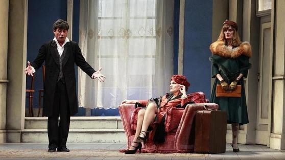 Una scena di «Sarto per signora» con Solfrizzi, che apre la stagione