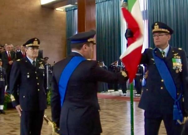 Il generale Fort (a destra) riceve la Bandiera d'Istituto dell'Isma