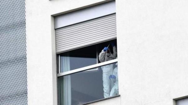 Milano, gli investigatori sulla finestra dalla quale è caduto il 17enne di Cecina