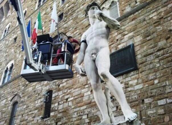 Firenze, piazza Signoria, David con lutto al braccio per attentati di Parigi