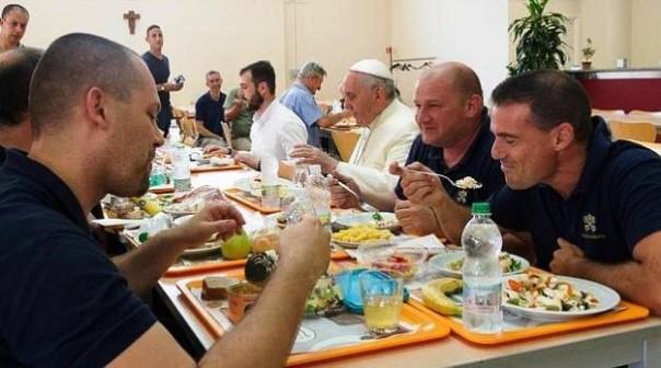 Papa Francesco in Vaticano alla mensa dei lavoratori