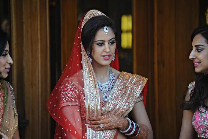 La sposa indiana nel magnifico costume tradizionale