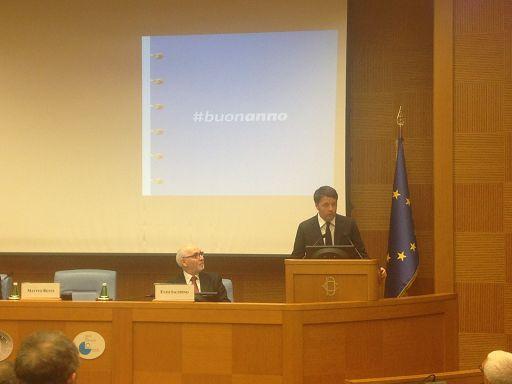 """Roma, 29 dic. (askanews) - """"Non ho dichiarato guerra all'Europa, l'Italia non fa guerra all'Europa, stiamo chiedendo all'Europa di far rispettare le regole, tutte e a tutti"""". Lo ha detto il presidente del Consiglio Matteo Renzi, nella conferenza stampa di fine anno. """"Non c'è provvedimento - ha aggiunto - su cui l'Italia ha chiesto deroghe, non sta attaccando l'Unione europea sta dfendendo l'Unione europea""""."""