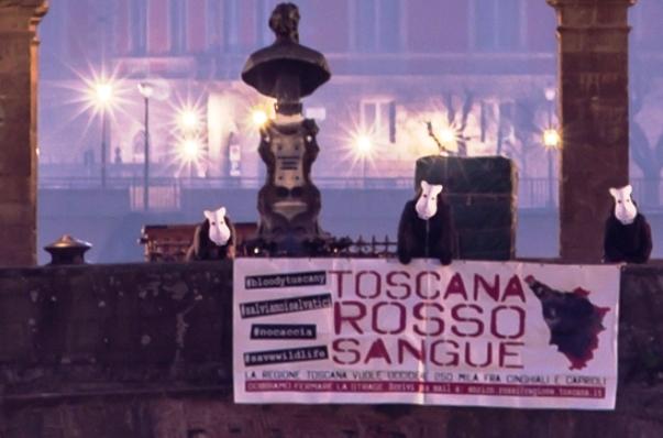 Firenze, lo striscione degli animalisti sul Ponte Vecchio