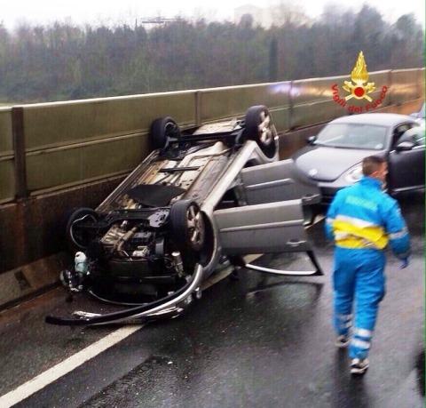 Incidente, un'auto si ribalta sulla FiPiLi: incolumi madre e due bambini