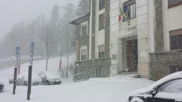 Il comune dell'Abetone, a mezzogiorno di giovedì 14 gennaio 2016, con il piazzale già abbondantemente ricoperto di neve