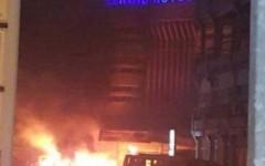 L'hotel Splendid di Ouagadougou in fiamme dopo l'attacco rivendicato da Al Qaida