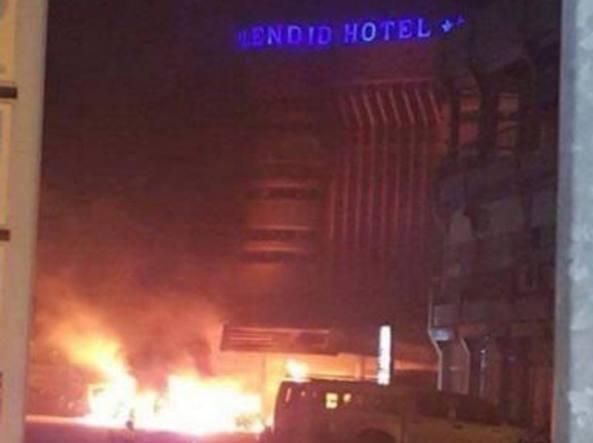 L'hotel Splendid di Ouanadoudou in fiamme dopo l'attacco rivendicato da Al Qaida