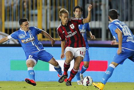 Empoli's Silva Duarte Mario Rui (L) and Milan's Keisuke Honda in action during the Italian Serie A soccer match Empoli FC vs AC Milan at Carlo Castellani stadium in Empoli, Italy, 23 September 2014. ANSA/FABIO MUZZI