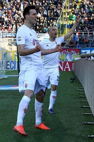 Kalinic e Borja Valero festeggiano il terzo gol davanti ai tifosi viola saliti a Bergamo