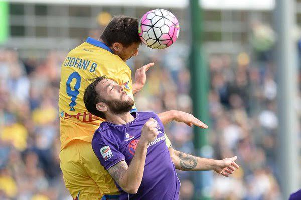 Duello aereo fra Gonzalo Rodriguez e il capitano del Frosinone, Daniel Ciofani