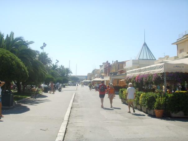 Viareggio,_passeggiata_a_mare_1