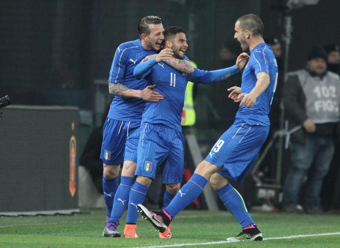 Bernardeschi abbraccia Insigne dopo il gol. Festeggia anche Bonucci