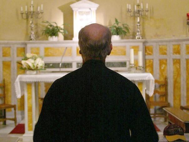 Prete parroco sacerdote chiesa