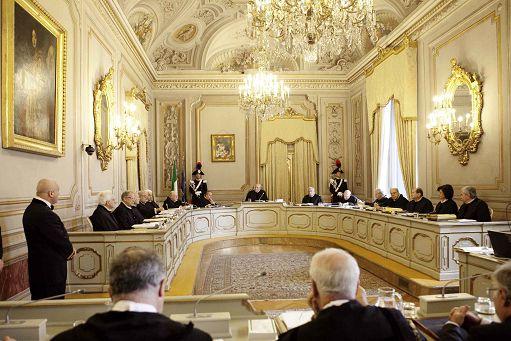 ROMA 04/12/12 - UDIENZA PUBBLICA DELLA CORTE COSTITUZIONALE PER LA DISCUSSIONE DEL MERITO DEL CONFLITTO DI ATTRIBUZIONE TRA POTERI DELLO STATO PROMOSSO DA GIORGIO NAPOLITANO NEI CONFRONTI DELLA PROCURA DI PALERMO PER IL NODO INTERCETTAZIONI - NELLA FOTO AL CENTRO IL PRESIDENTE DELLA CORTE COSTITUZIONALE ALFONSO QUARANTA FOTO DELFINI/INFOPHOTO