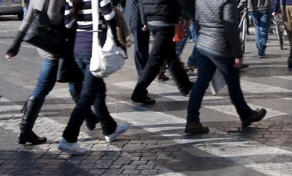 Pedoni e bici sulle strisce pedonali a piazza Venezia, 20 novembre 2011, Roma. Freddo e sole hanno accolto la prima domenica a piedi nella città. Da questa mattina alle 8.30 è scattato il blocco del traffico nella capitale. Fino alle 17.30 la circolazione sara' vietata all'interno della fascia verde, un po' meno ampia del Grande raccordo anulare. Un provvedimento preso dal Campidoglio per l'eccesso di polveri sottili nell'aria. Migliaia di persone, tra romani e turisti, su via dei Fori Imperiali, oggi pedonalizzata in occasione dello stop alle auto deciso dal Campidoglio. Da Piazza Venezia al Colosseo e' un'unica 'scia umana' in movimento: chi su biciclette, chi facendo jogging, chi passeggiando in una domenica autunnale con un cielo sereno e un sole splendido. ANSA/ROSANNA DI BARTOLOMEO/DBA