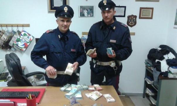 Gli agenti della polizia stradale con il denaro recuperato
