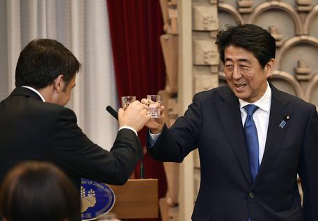 Matteo Renzi e il primo ministro giapponese, Shinzo Abe