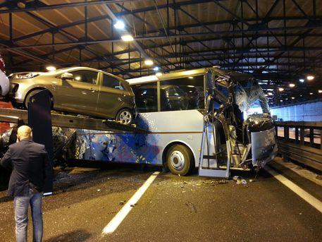Incidenti stradali:scontro A1,tra feriti lievi studenti gita