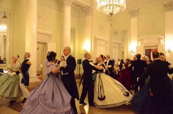 Un ballo in costume ottocentesco dell'Atelier de danse di Donald Francis