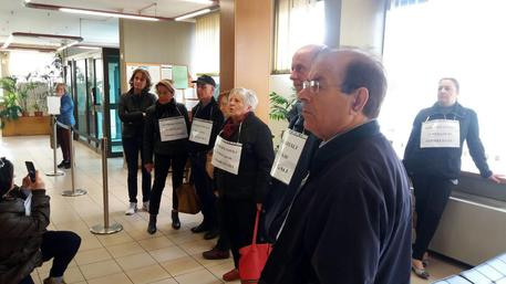 Banche: flashmob risparmiatori in sede Etruria ad Arezzo