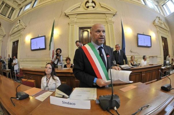 Il nuovo sindaco di Livorno Filippo Nogarin dell'M5S si insedia al comune di Livorno, 30 giugno 2014. ANSA/FABRIZIO NOVI