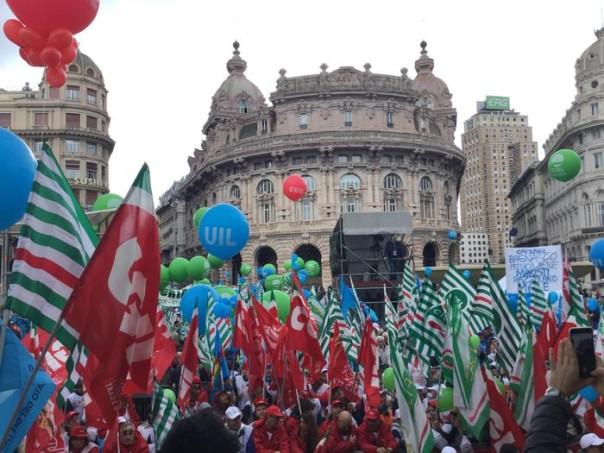 Il corteo per la festa nazionale del lavoro con i segretari generali di Cgil, Cisl e Uil, Genova, 1 maggio 2016. ANSA/ PAOLO RUBINO