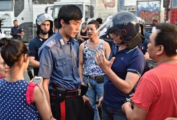 Un momento degli scontri tra forze dell'ordine e circa 300 cinesi