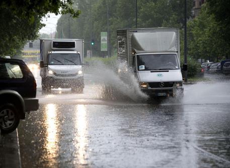 Maltempo: nubifragio a Milano, evacuata scuola