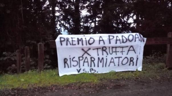 Banche: premiato Padoan, 'truffati' protestano in Casentino