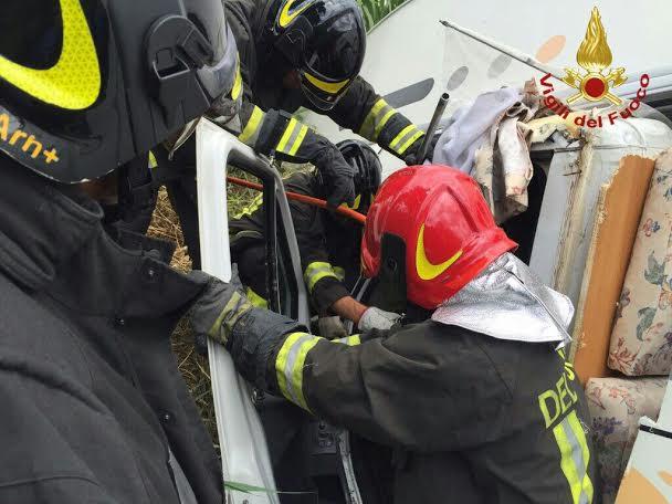 Il delicato intervento dei vigili del fuoco per estrarre le due persone rimaste incastrate nel camper precipitato nel torrente Morra