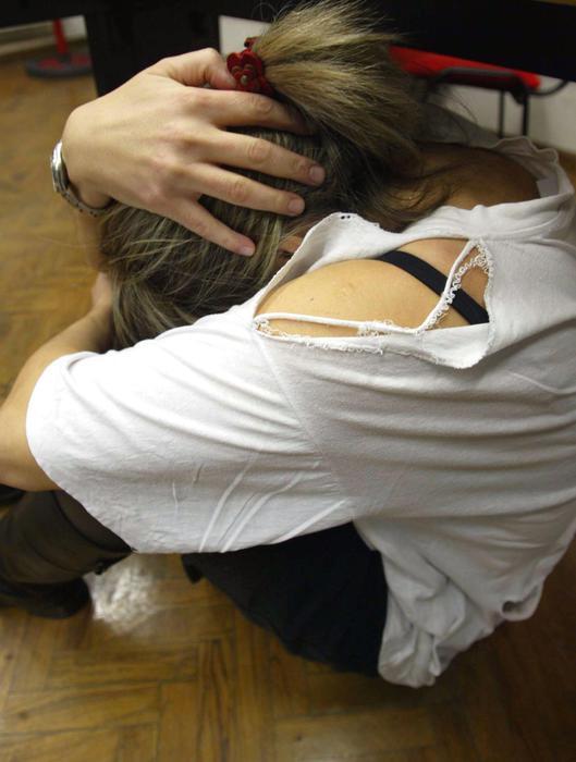 Una ragazza rannicchiata su se stessa in un'immagine simbolica di violenza alle donne. Quattro violenze su cinque avvengono all'interno di una relazione sentimentale mentre solo una su 100 a opera di sconosciuti. A subirle sono soprattutto donne tra i 35 e i 44 anni (32%), sposate (50%) con figli (79%), diplomate (53%) e di professione impiegate (21%). Ammettono di patire ricatti, insulti e minacce (44%), violenza fisica, anche con corpi contundenti come martelli o altri oggetti taglienti (26%), economica (13%) e sessuale (7%). Sono i dati di Telefono rosa, secondo cui inoltre la meta' delle violenze denunciate da donne nel 2009 rientra nel reato di stalking. FRANCO SILVI / ARCHIVIO / ANSA/ DBA