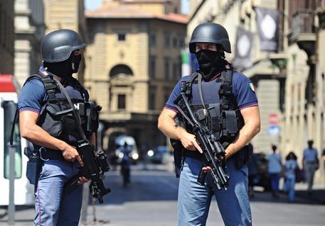 Pattuglia della polizia in tenuta antiterrorismo in piazza della Repubblica, Firenze,