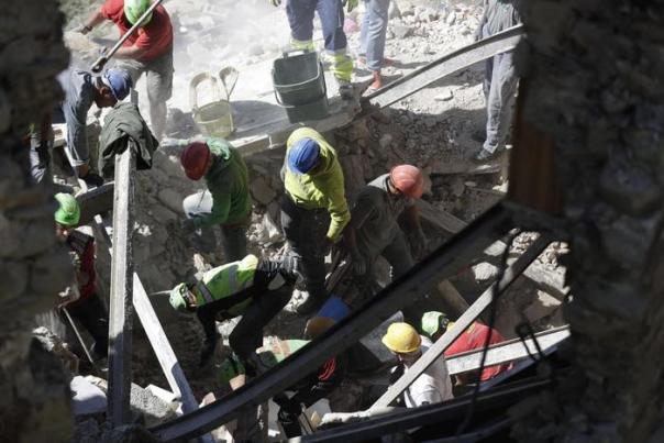 Uno dei soccorsi durante il terremoto