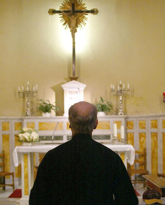 Prete sacerdote chiesa parrocchia