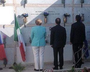 Angela Merkel, Francois Hollande e Matteo Renzi davanti alla tomba di Altiero Spinelli, a Ventotene