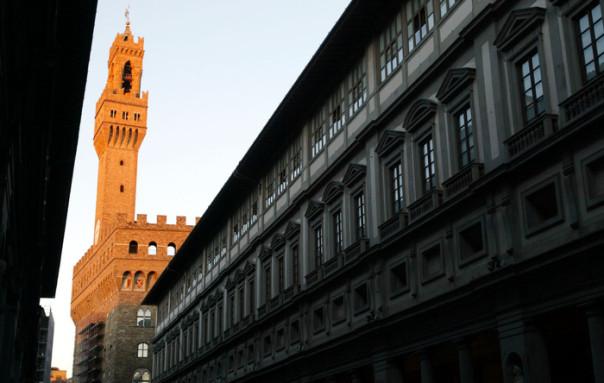 20041231-FIRENZE-FINE RESTAURI TORRE D' ARNOLFO DI PALAZZO VECCHIO. La Torre D' Arnolfo di Palazzo Vecchio, libera dalle impalcature che per due anni l' hanno tenuta nascosta agli sguardi dei turisti e dei cittadini di Firenze, qui vista dal piazzale antistante il Museo degli Uffizi. MARCO BUCCO/ANSA.