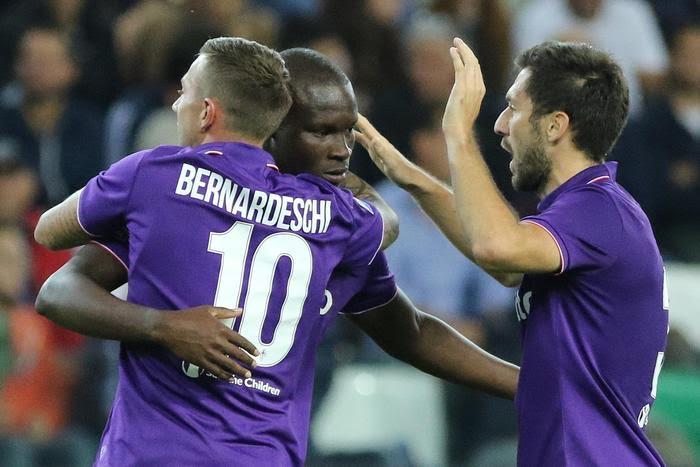 Bernardeschi abbraccia Babacar dopo il gol del centravanti: di tacco, una vera prodezza