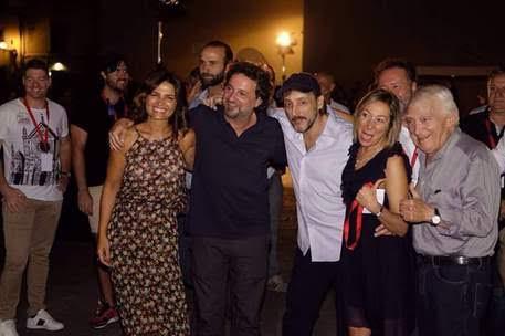 Leonardo Pieraccioni in Santo Spirito con gli attori del film