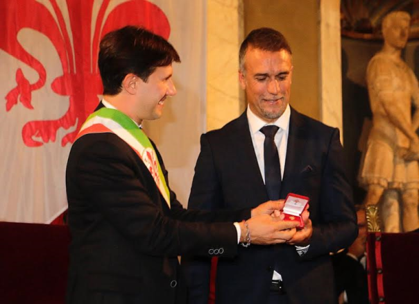 Gabriel Omar Batistuta riceve dal sindaco, Dario Nardella, la cittadinanza onoraria di Firenze