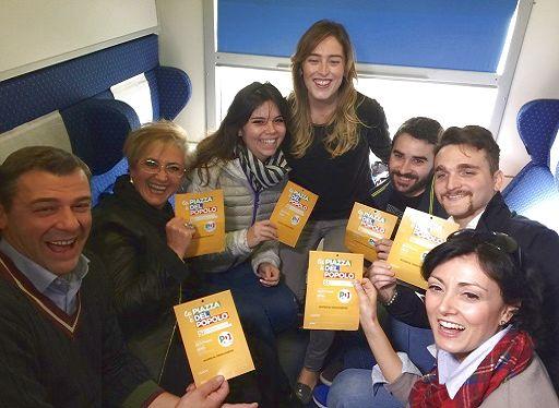 Maria Elena Boschi in treno verso piazza del Popolo con un gruppo di amici del Pd