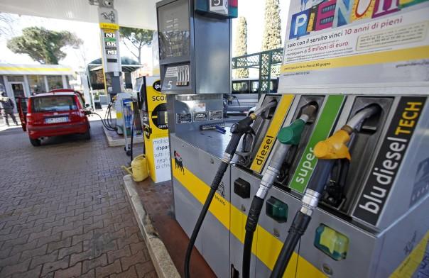 Il simbolo dell'Eni di un distributore di benzina, Roma, 25 febbraio 2011. ANSA / ALESSANDRO DI MEO