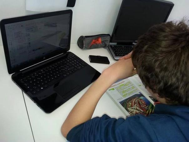 Scuola bambini doposcuola computer pc compiti studio alunni studenti