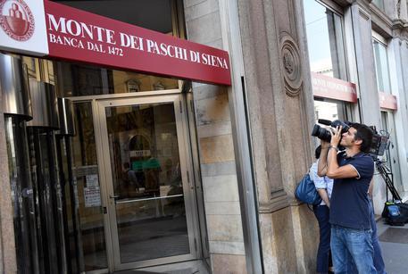 La sede milanese di Mps dove è in corso la riunione del board per esprimersi in merito alla nomina ad A.D. di Marcvo Morelli, 14 settembre 2016. ANSA/ DANIEL DAL ZENNARO