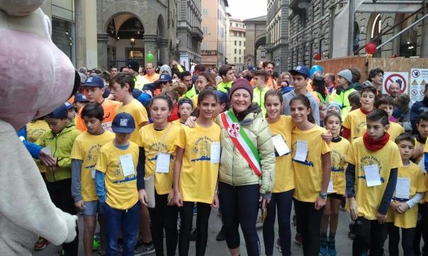 La vicesindaca Cristina Giachi con i ragazzi della Firenze Marathon 2016