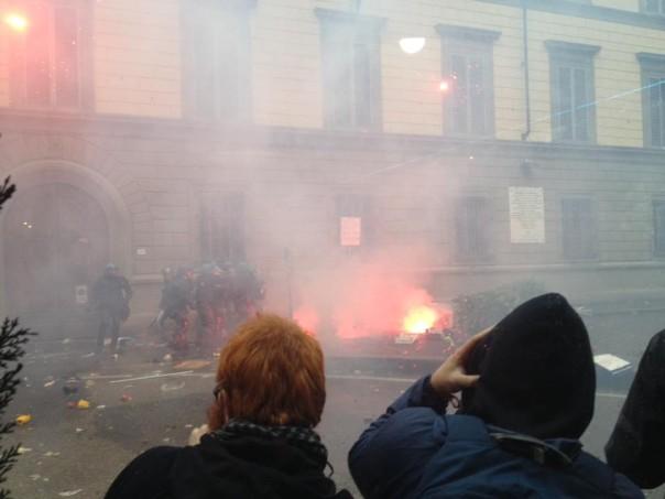 Un momento degli scontri di sabato 5 novembre a Firenze
