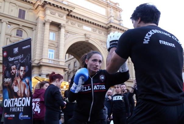 Kickboxing: Peritore si 'allena' in piazza