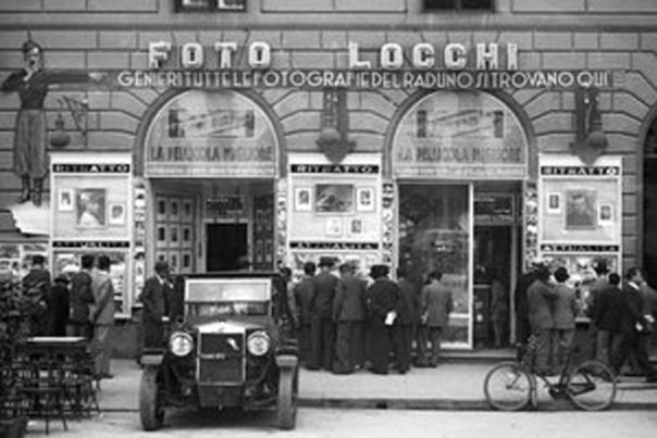 Archivio Foto Locchi, la vetrina in Piazza della Repubblica