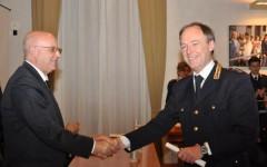 Il questore Zonno premia il vice questore aggiunto Fabio Pocek, dirigente della divisione anticrimine